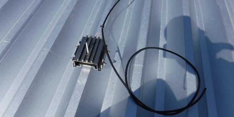 ステンレス製ワイヤーに沿って配線